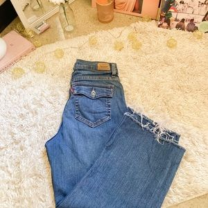Cropped Levi's mom jeans